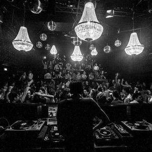Zakkroonluchters in een club in Amsterdam voor evenementenhuur